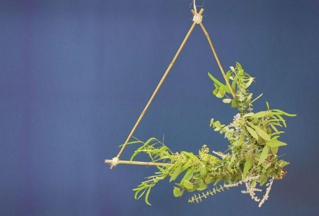 DIY: Driehoek met eucalyptus takken