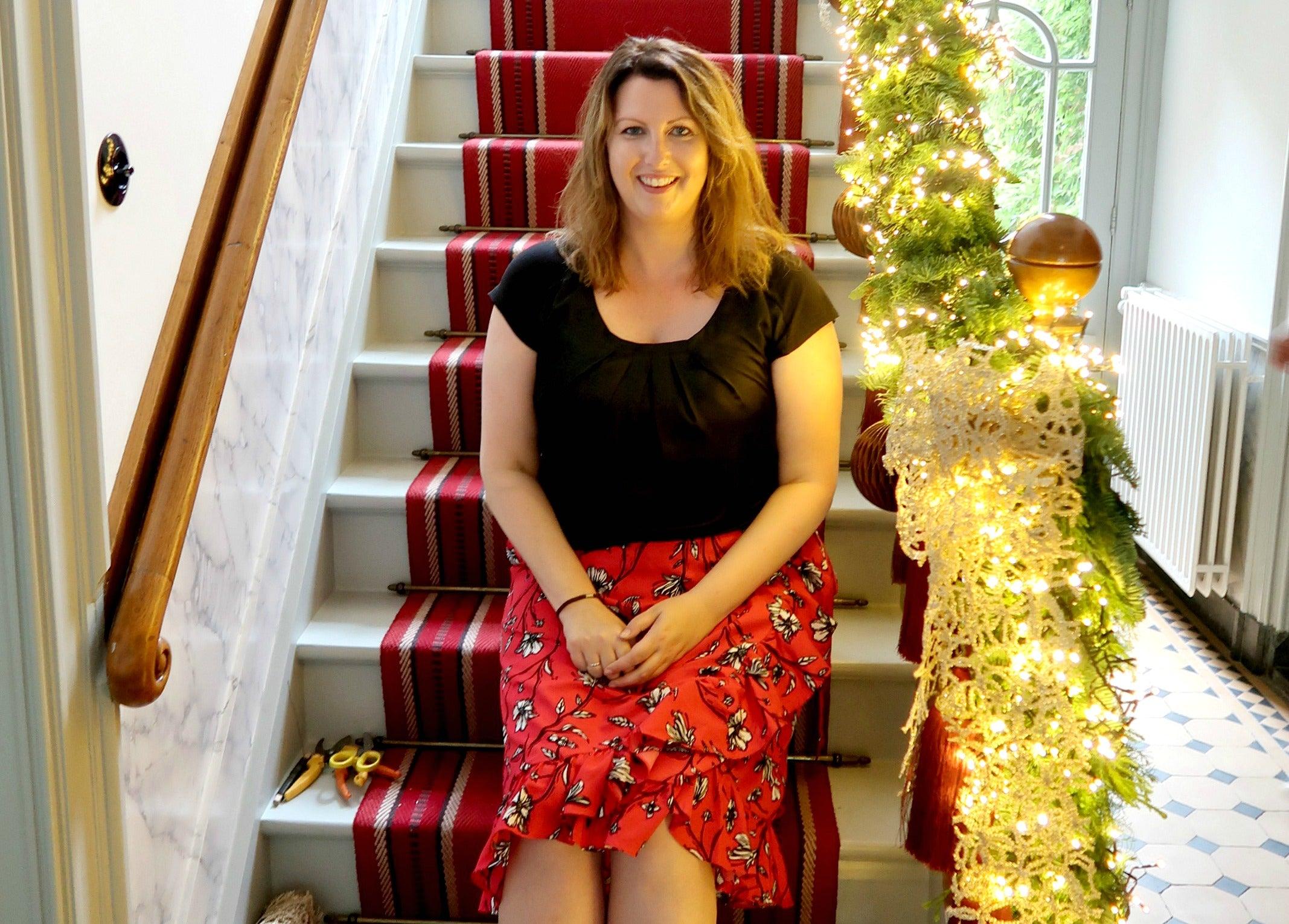 Kerst, trap, versiering, decoratie, christmaholic, saskia de laat, rode loper, marmer, kerstverlichting, kerstbal