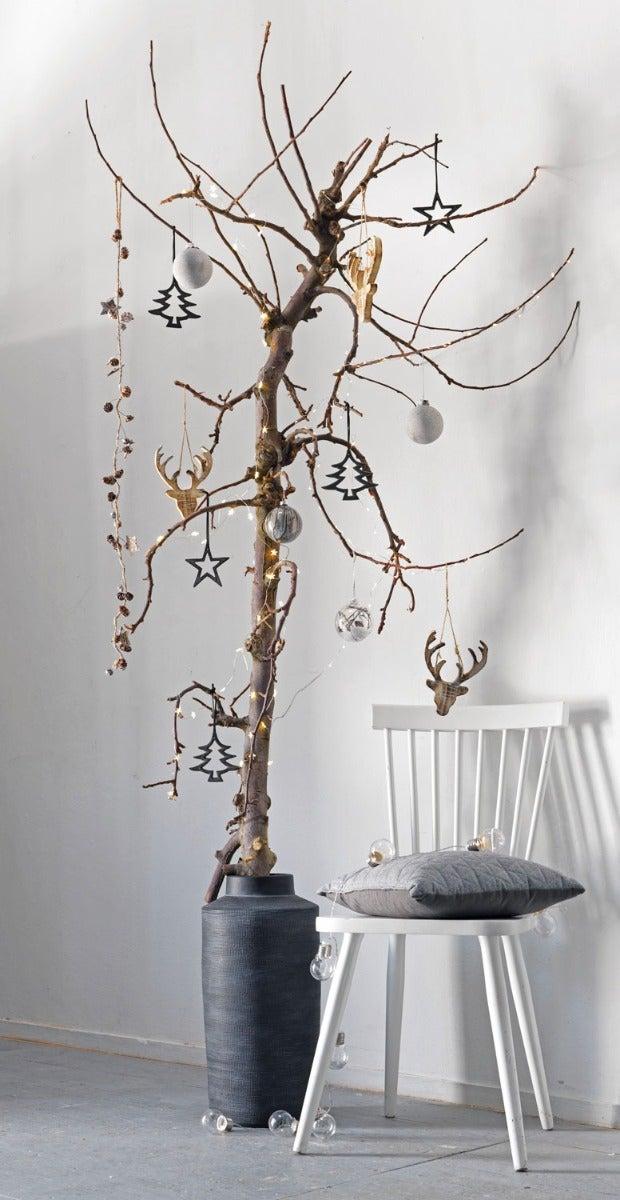 Alternatieve kerstboom, kersttakken in een vaas