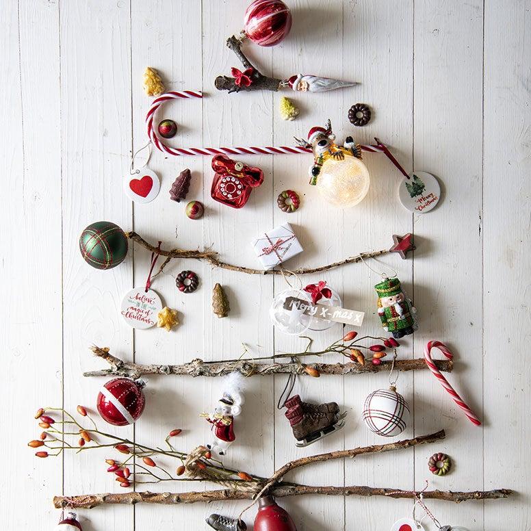 Alternatieve kerstboom aan de muur