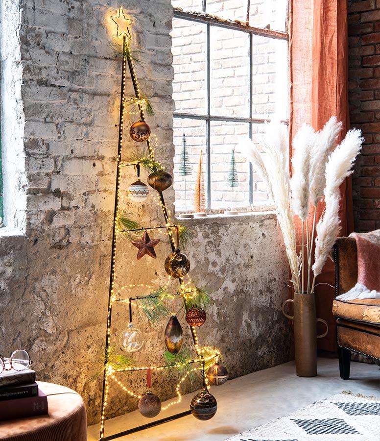 Alternatieve kerstboom, driehoek ladder met versiering