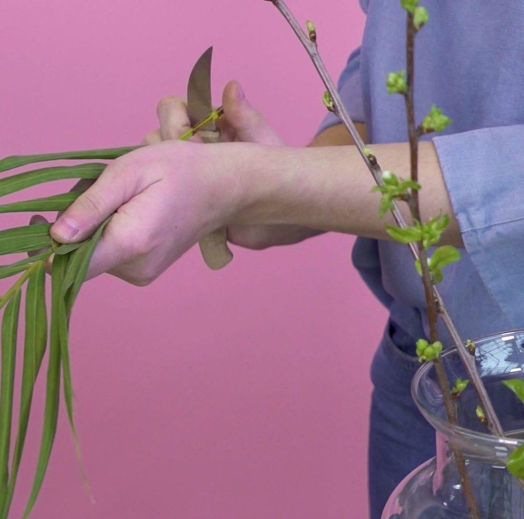 DIY boeket schikken, bloemen schuin afknippen
