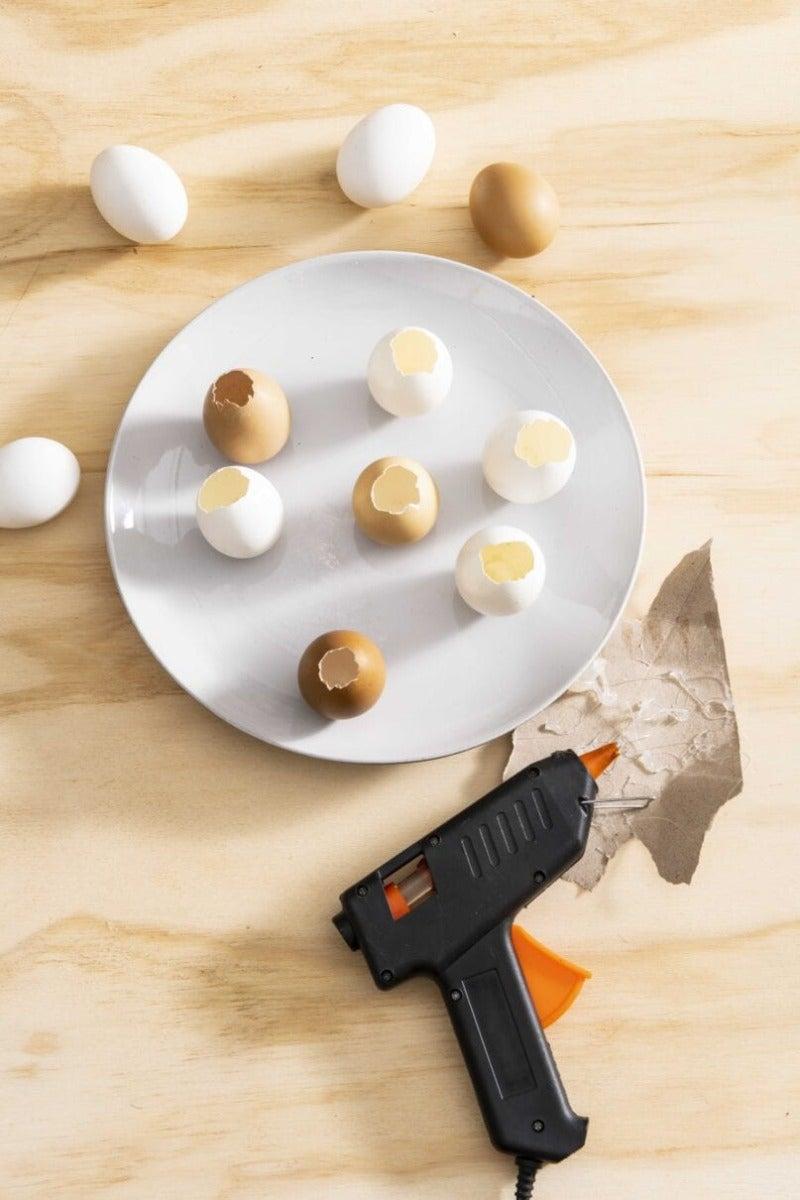 DIY eiervaasjes stap 2: Vastmaken op ondergrond