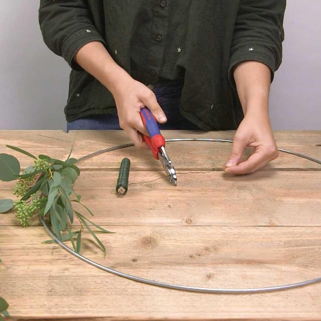 DIY Eucalyptus krans stap 3: Draad knippen