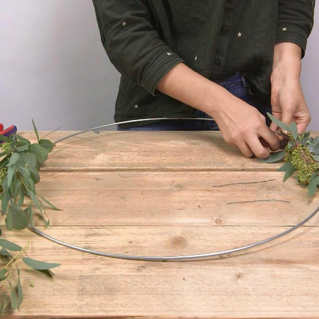 DIY Eucalyptus krans stap 5: Meer takken vastmaken