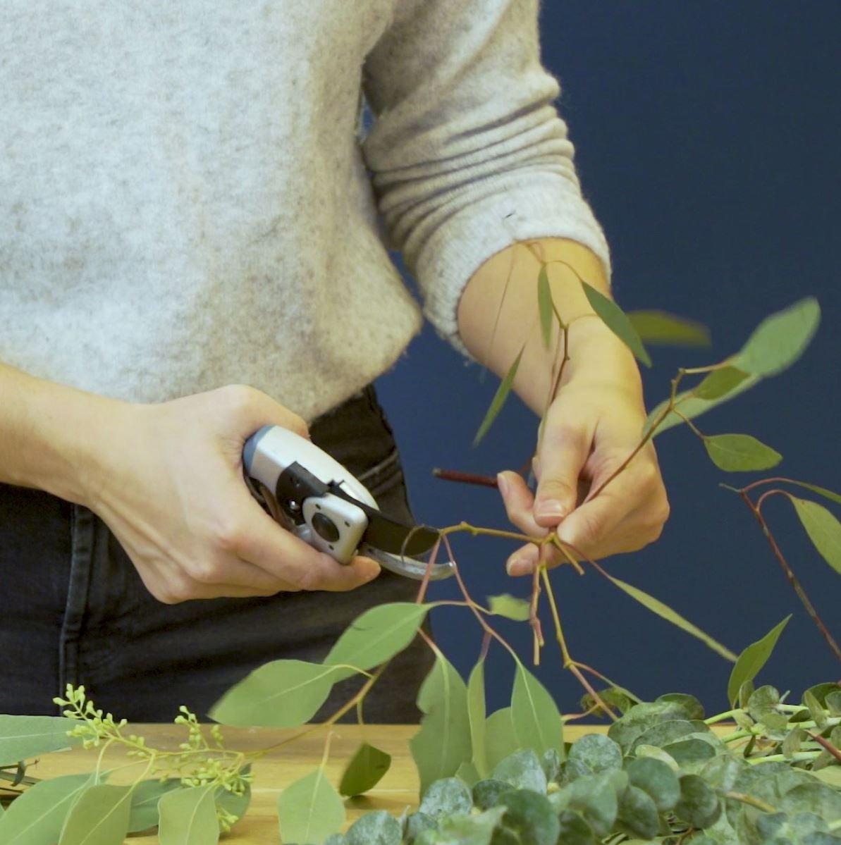 DIY groene tafelloper. Stap 2: Knip de takken
