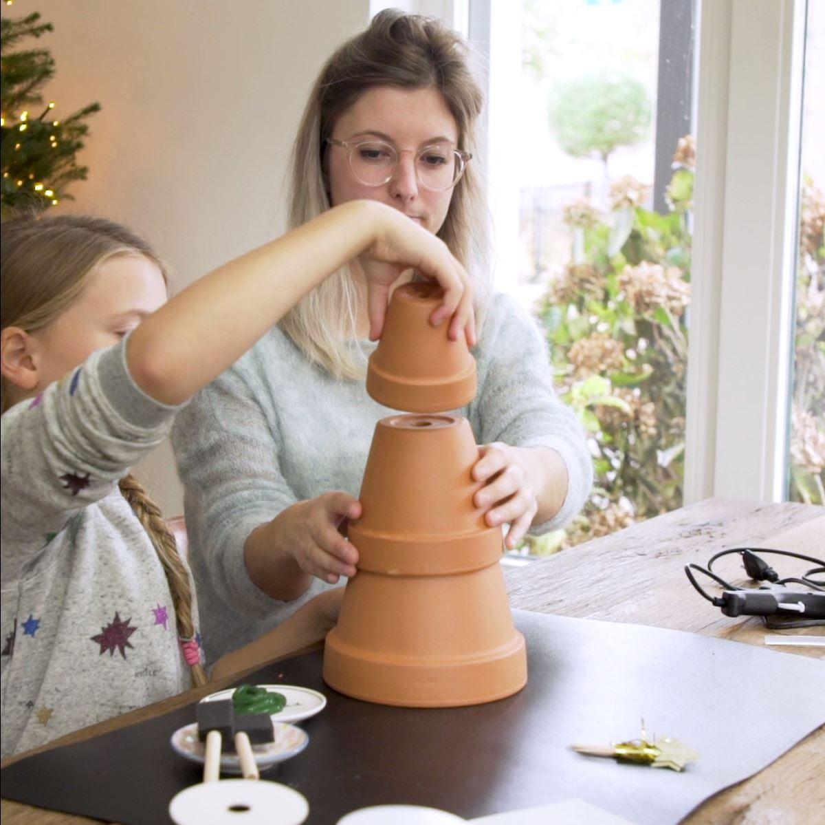 DIY Kerstboom van bloempotten stap 1: Bloempotten vastlijmen