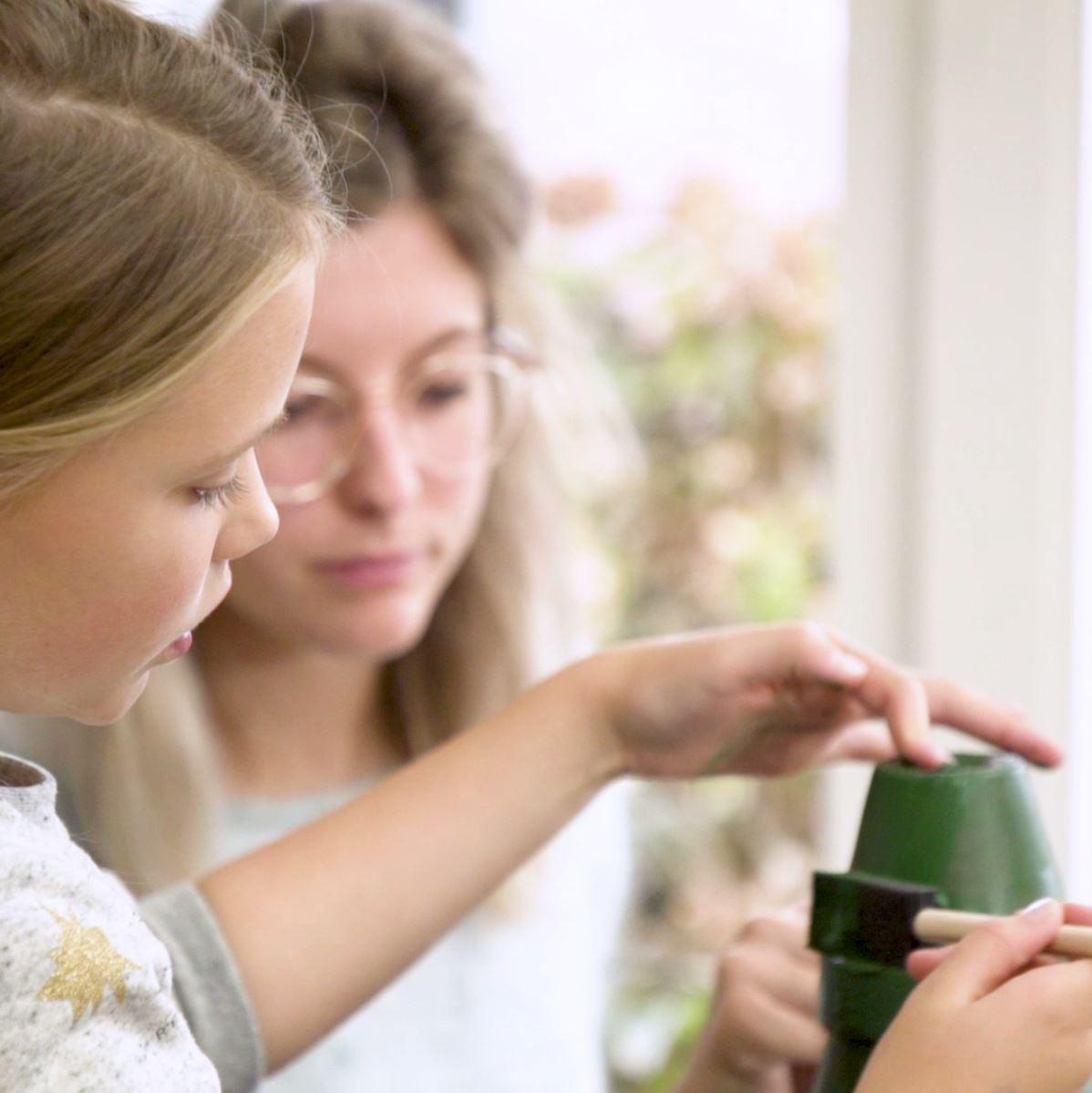 DIY Kerstboom van bloempotten stap 2: Bloempotten verven