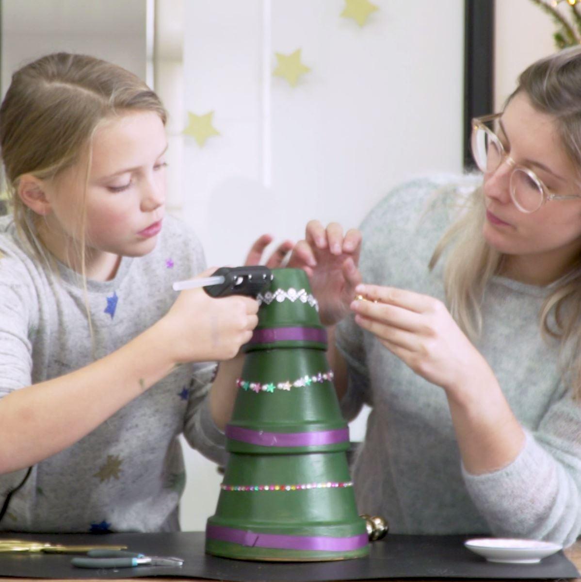 DIY Kerstboom van bloempotten stap 3: Bloempotten kerstboom versieren