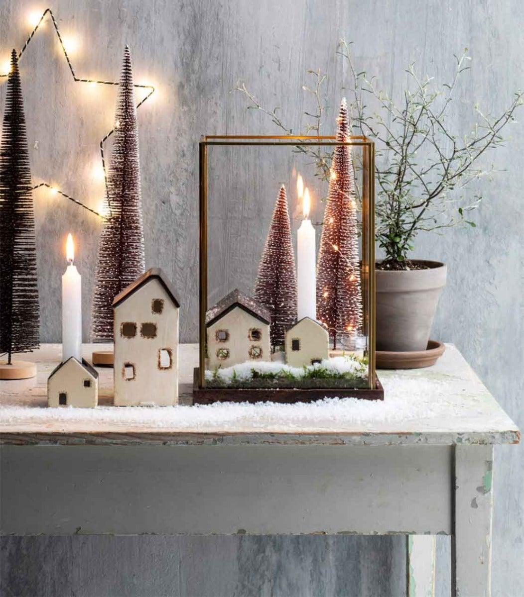 Mini kerstdorp in windlicht