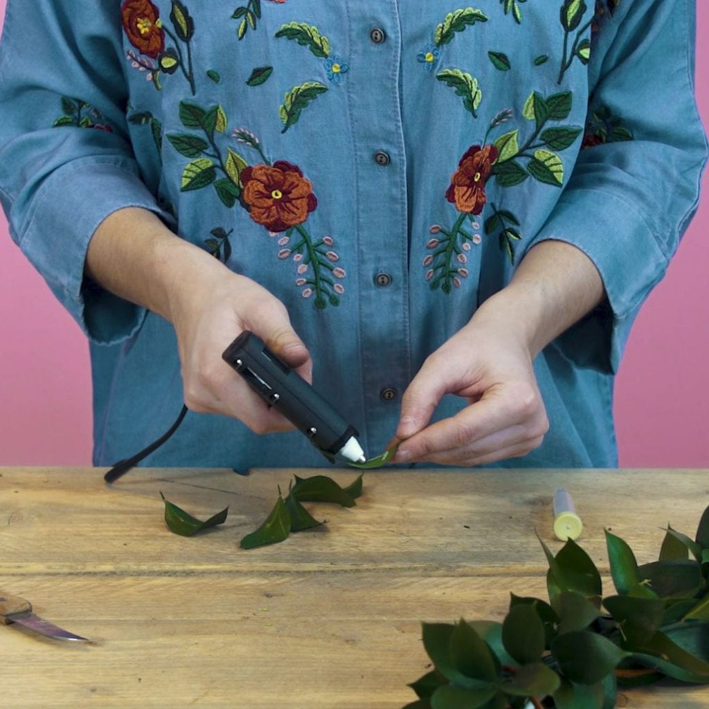 DIY paaskrans stap 3: Beplak bloemenbuisjes