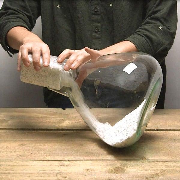 DIY planten terrarium Stap 1: Glazen pot schoonmaken en vullen