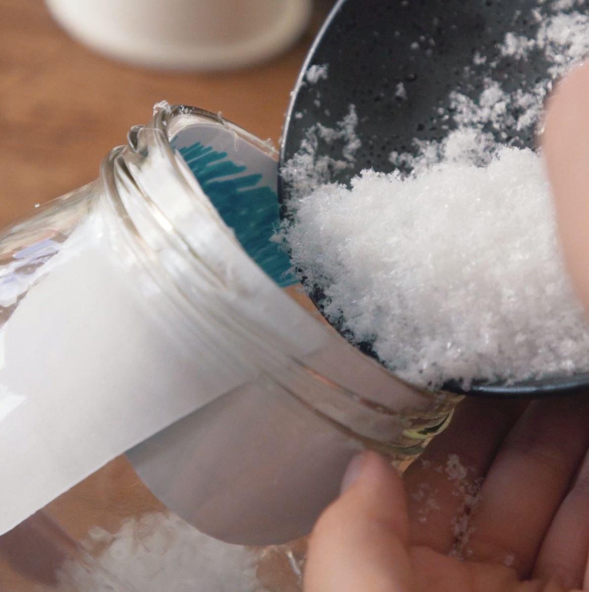 DIY sneeuwbol stap 5: Sneeuw toevoegen