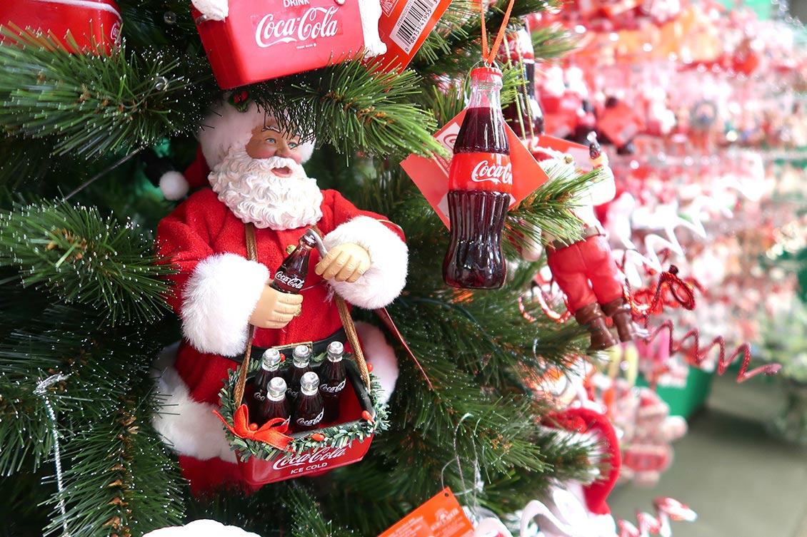 Kerstboom met Coca Cola ornamenten