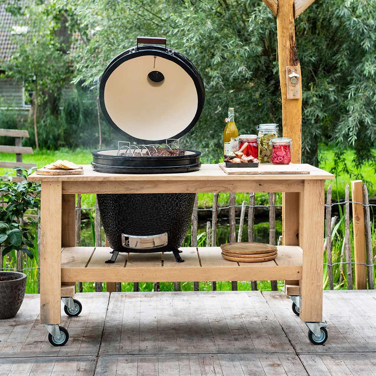Kamado barbecue met tafel