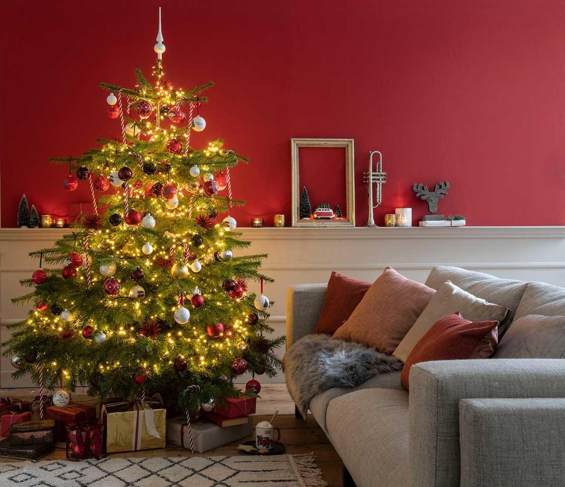 Versierde kerstboom in woonkamer