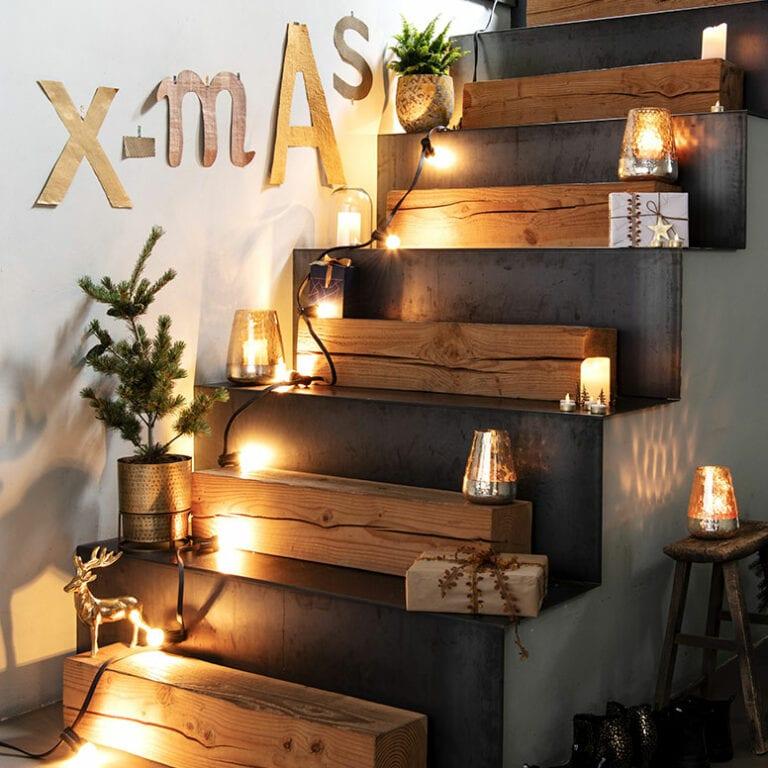 Kerstversiering op trap
