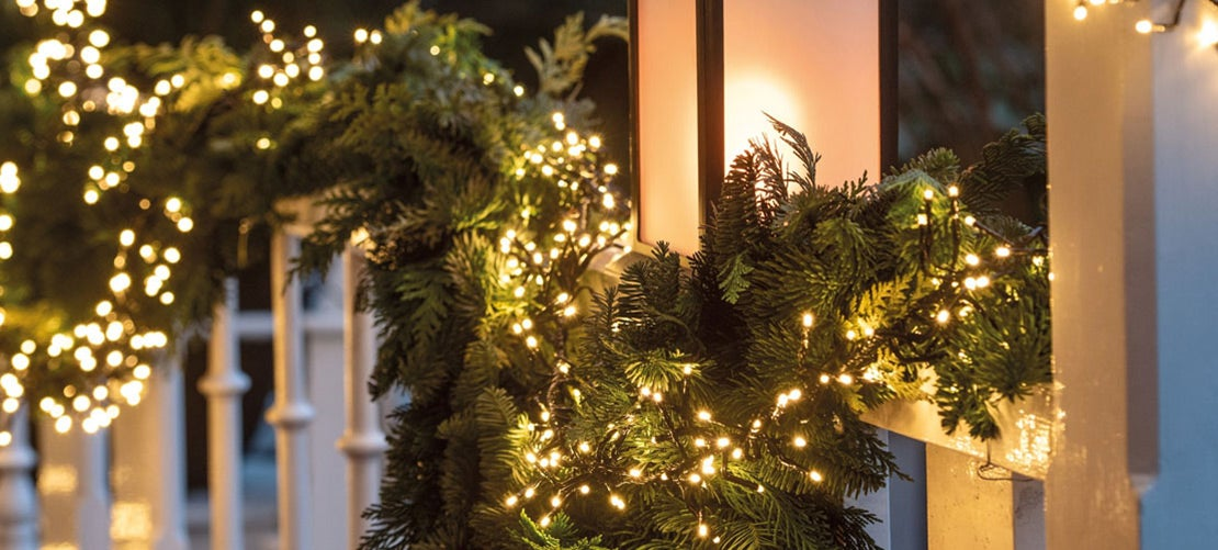 Kerstversiering voor buiten, guirlande met verlichting