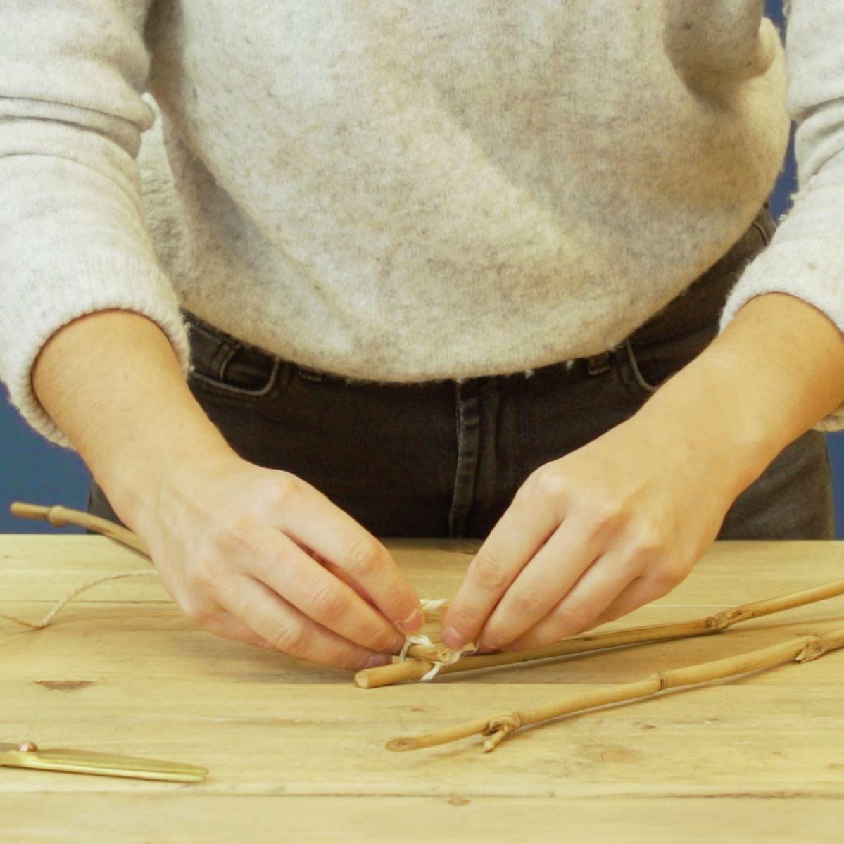 DIY Driehoek met eucalyptus takken. stap 1: Stooken vastbinden